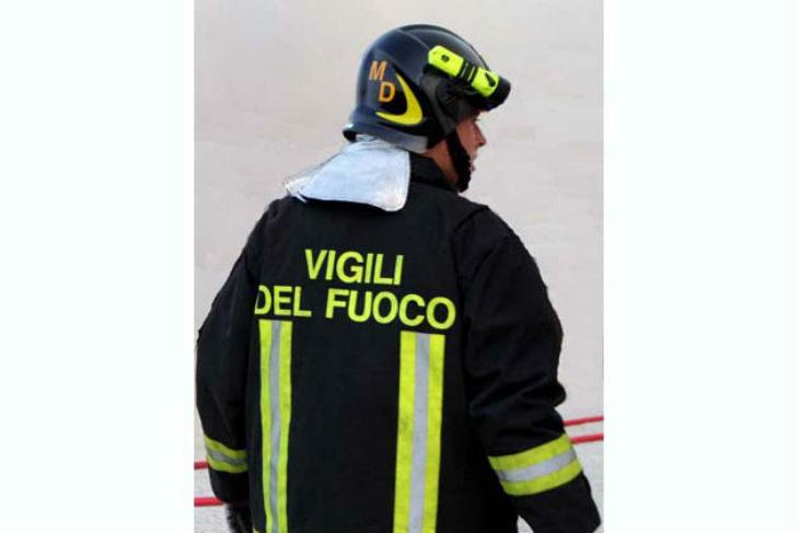 Vasto incendio in un'azienda di autotrasporti, paura nella zona industriale a Castel Guelfo