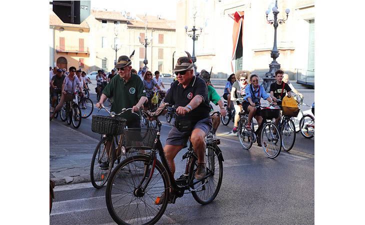 San Cassiano, in trecento alla tradizionale biciclettata verso il cippo del santo. IL VIDEO