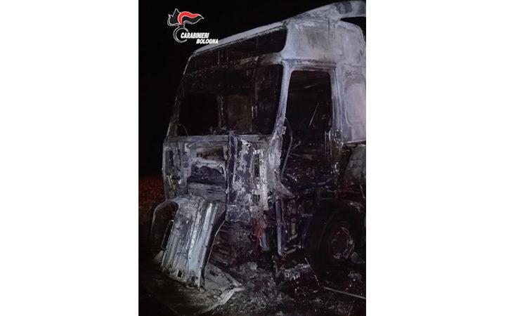Camionista si addormenta con la sigaretta in mano, l'incendio distrugge l'autocarro