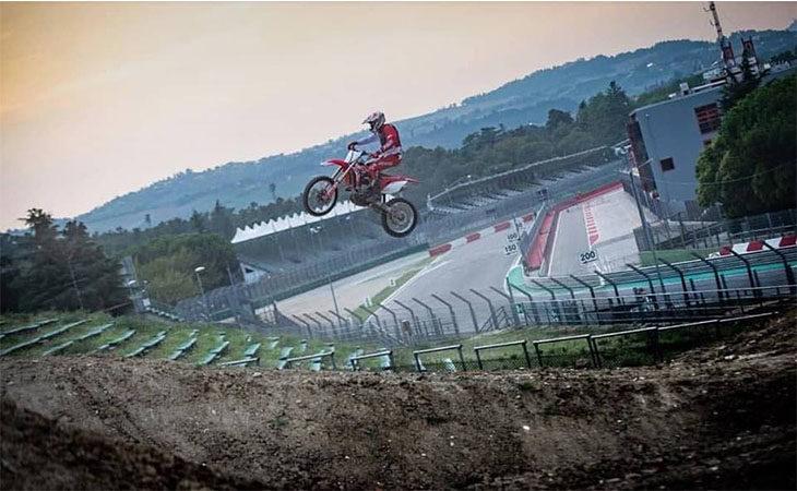 L'imolese Andrea Bartolini ha testato un tratto della pista «mondiale» di motocross all'autodromo. IL VIDEO