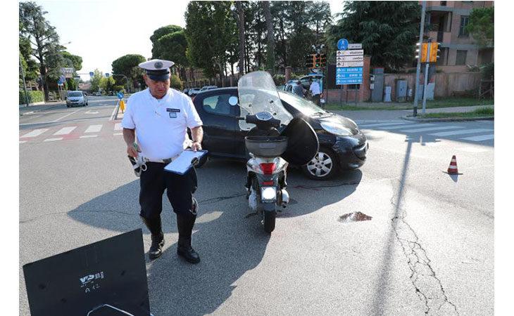 Scontro tra auto e moto all'incrocio tra via Selice e via del Lavoro, ferita una donna di 58 anni