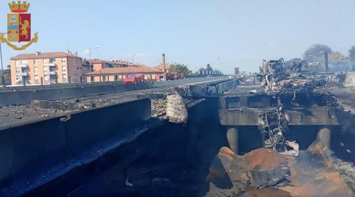Autocisterna in fiamme in autostrada a Borgo Panigale: crolla un ponte, morti e decine di feriti. I video della Polizia di Stato