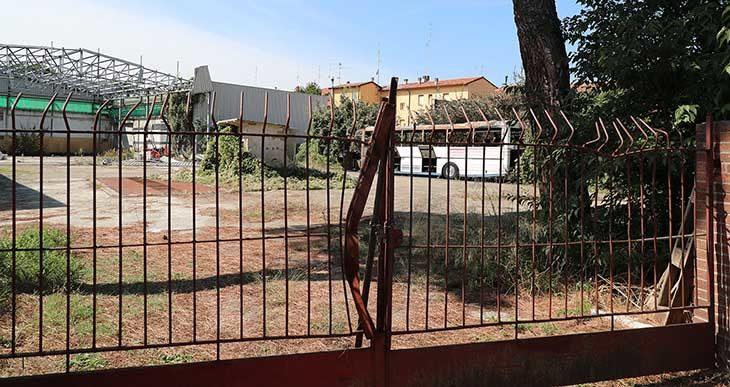 Un vecchio autobus parcheggiato in un piazzale di via Coraglia ha preso fuoco nella notte