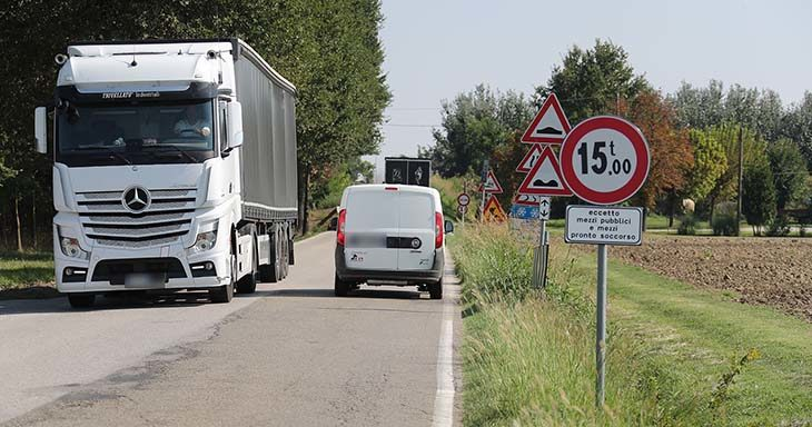 """Uno dei ponti di via Olmo vietato ai mezzi oltre le 15 tonnellate. """"La soluzione? Completare la Trasversale'"""
