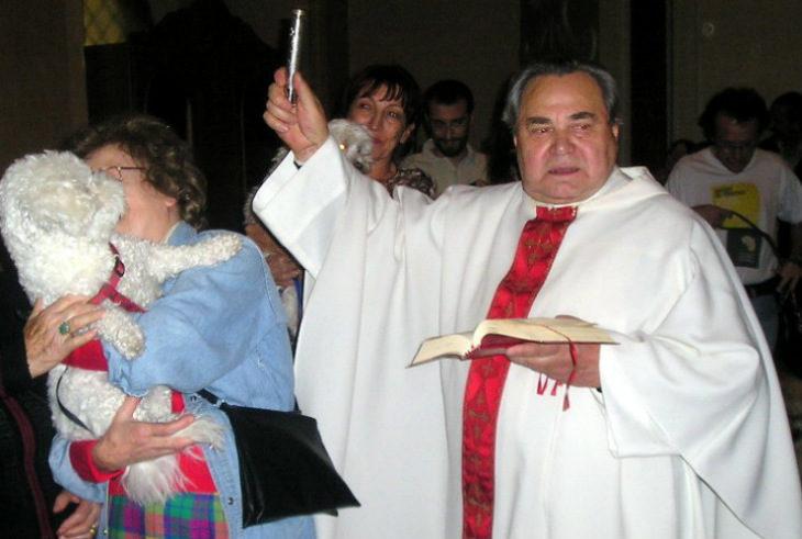 Festa di San Francesco, nella chiesa di Valverde a Imola il parroco impartisce la benedizione a tutti gli animali