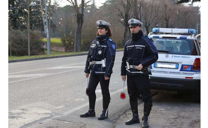 Controlli della municipale, due automobilisti nei guai per assicurazione scaduta e patente non valida in Italia