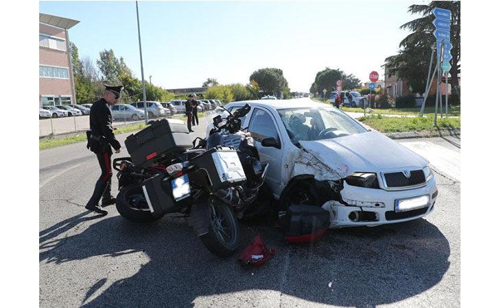 Scontro tra un'auto e due moto sulla Selice, una vittima e due feriti