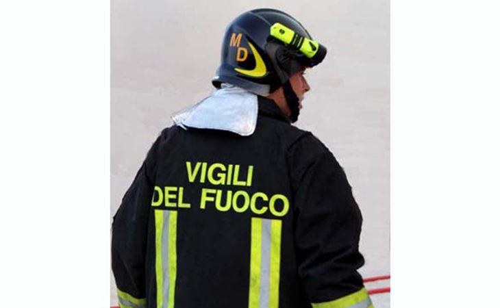 Incendio in una villetta in costruzione di via Zara a Imola, bruciati 70 mq di tetto ma nessun ferito