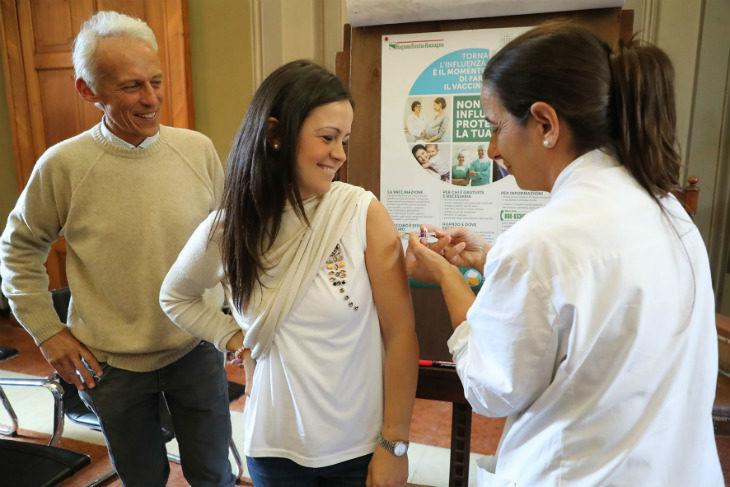 Partita a Imola la campagna antinfluenzale, tra le prime a vaccinarsi l'assessora Ina Dhimgjini