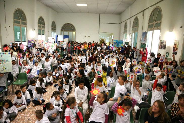 La manifestazione degli alunni dei comprensivi 2 e 5 nella Giornata sui diritti dell'infanzia e dell'adolescenza