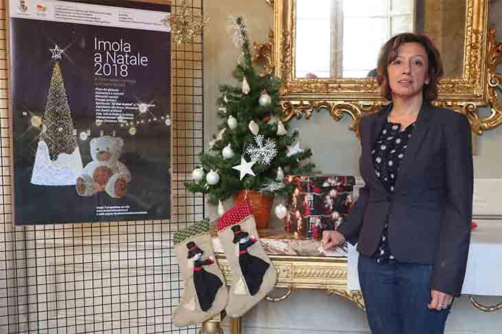 Sabato Imola si illumina per il Natale con l'albero, il presepe e l'orsetto in piazza
