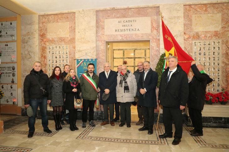 Una delegazione russa ha deposto una corona davanti alle lapidi di tre partigiani sovietici morti nella Resistenza