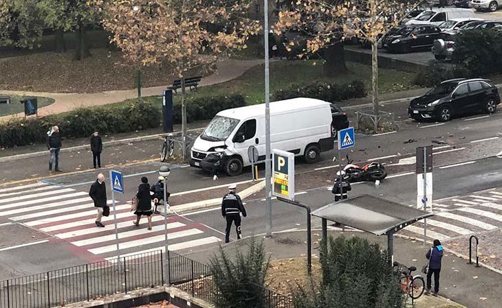 Moto contro furgone in via Carducci, diciassettenne in prognosi riservata