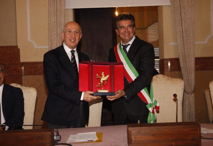 Antonio Patuelli presidente dell'Abi per la terza volta grazie a una modifica statutaria