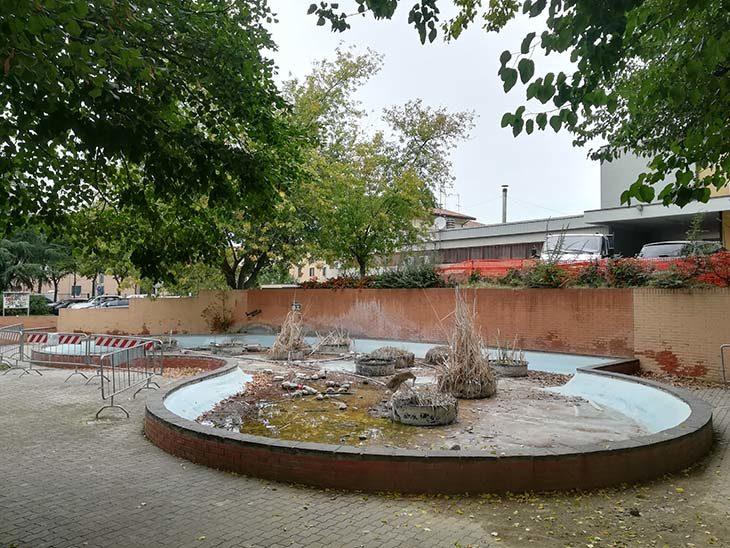 A Ozzano, giochi d'acqua e panchine al posto della fontana