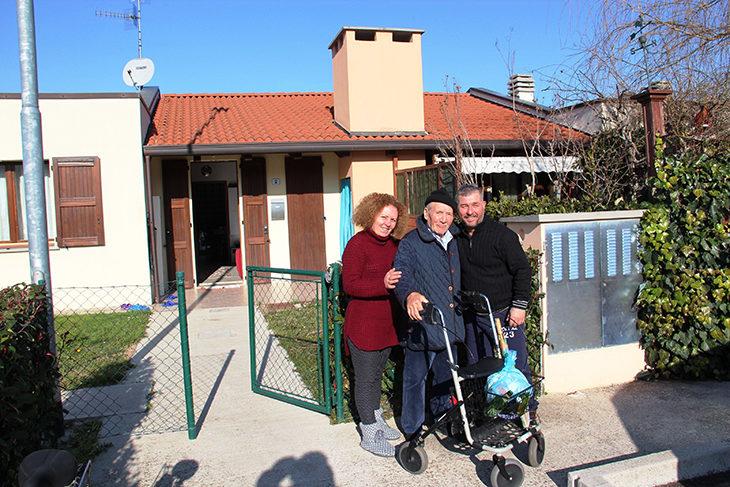"""Aleksander e Anila la famiglia tutor dei """"nonni' del """"Condominio del buon vicinato'"""