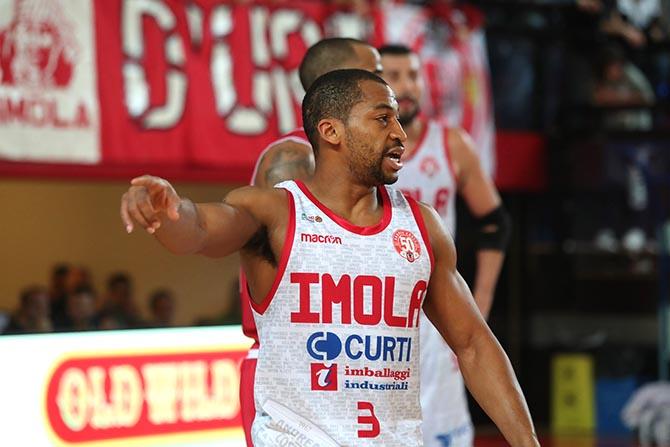 Basket A2, Andrea Costa si prende un altro derby di Romagna e batte Ravenna
