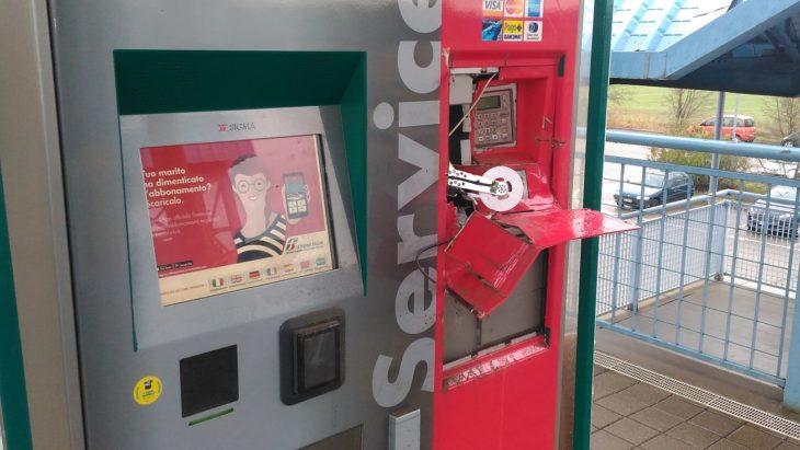 Ozzano, tentato furto con scasso ai danni della biglietteria automatica di Trenitalia, ora fuori uso