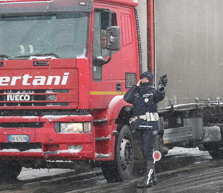 """Neve e gelo, Autostrade ha riaperto l'A14, ancora tratti """"bianchi' su Stradelli Guelfi e Montanara"""