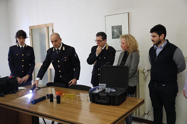 Solidarietà, l'associazione La Sfida del Cuore dona un crimescope alla polizia di Imola. IL VIDEO