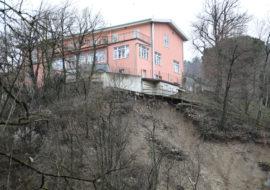 Frane, a Castel del Rio cede la scarpata sotto Villalba, a Imola via Selice a senso unico alternato