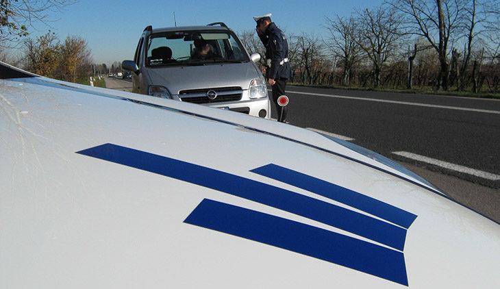 Fugge dopo l'incidente, individuato dalla municipale grazie alle telecamere