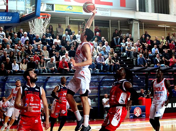 Basket A2: Andrea Costa schiaccia Mantova e continua ad inseguire i play-off
