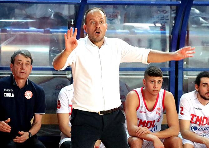 Basket A2: Andrea Costa sconfitta a Treviso ma conserva la speranza play-off