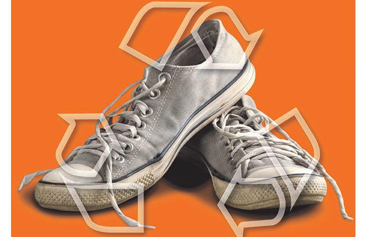 Le scarpe da ginnastica e le vecchie infradito diventano un tappetino in gomma antitrauma per Amandola