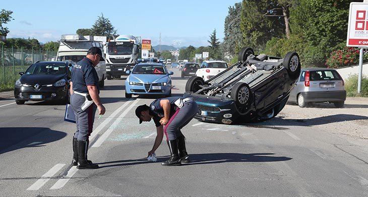 Auto rovesciata in via I Maggio e schianto in via Codrignano. Grave una donna