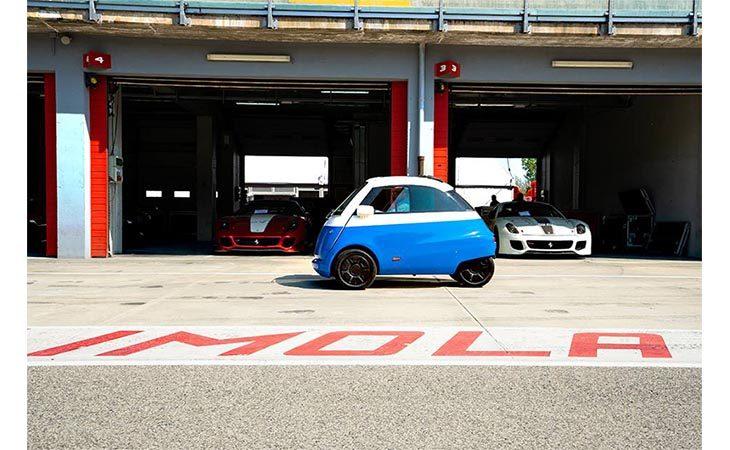 Test in autodromo per Microlino, l'auto «mini»del gruppo imolese Tazzari
