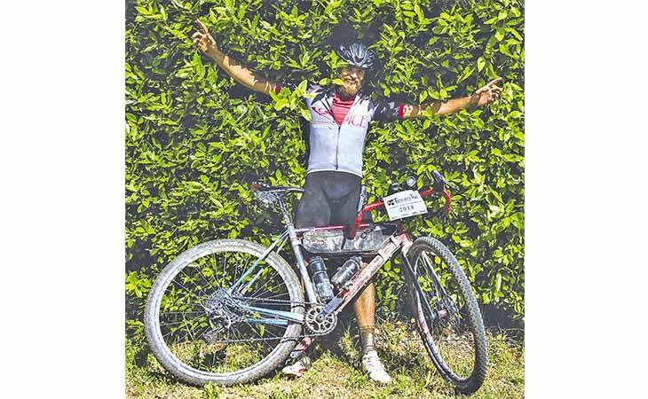 La grande impresa di Andrea «Fagiano» Pirazzoli nel massacrante Tuscany Trail di ciclismo