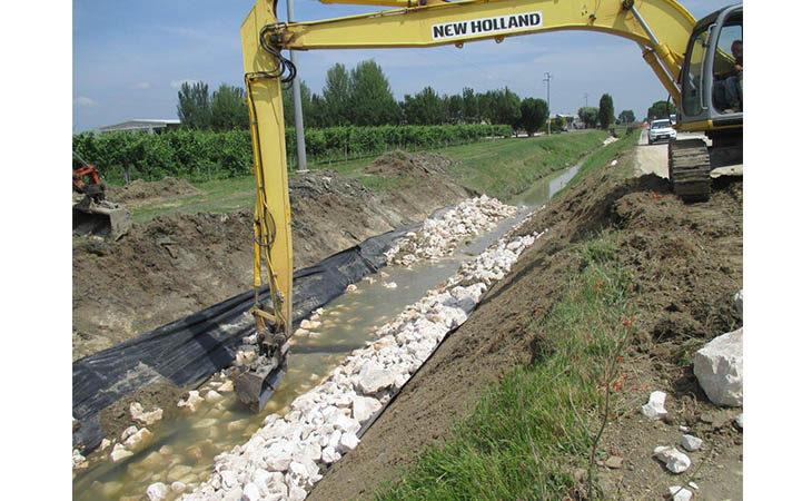 Il Consorzio di Bonifica sistema le sponde franate del canale Gambellara per un tratto di circa un chilometro