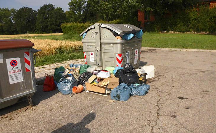"""Rifiuti abbandonati in strada a Ozzano, scattano le prime sanzioni delle Gev. Dito puntato sui """"vicini'"""