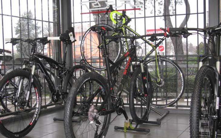Ladri in azione a Osteria Grande, rubate undici bici da corsa da Dalfiume Cicli
