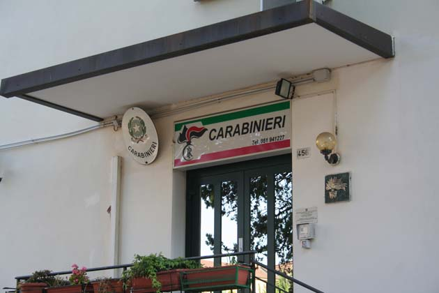 Truffa dello specchietto, a Castel San Pietro la vittima non ci casca e chiama i carabinieri. Denunciato un ventenne
