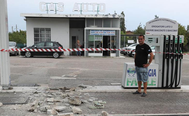 Ruspa e camion come arieti per assalire due stazioni di servizio, razzia e danni a Castello e Imola