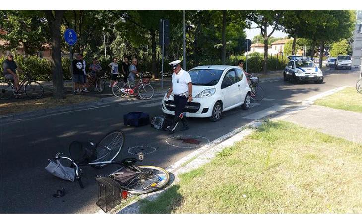 Investita da un'auto mentre attraversa la strada in via Pirandello a Imola. 82enne ricoverata al Maggiore di Bologna