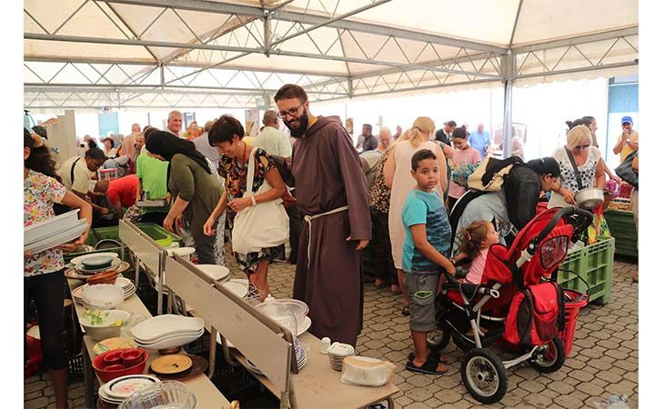 Volontariato e beneficenza per l'immancabile appuntamento con il Mercatino dei frati cappuccini. IL VIDEO