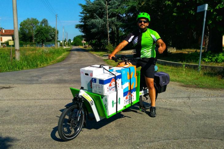 Per i pasti a domicilio della mensa di Santa Caterina da luglio c'è la bici elettrica di Cobim