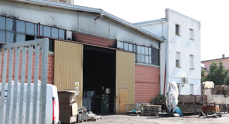 Incendio nel capannone di un'azienda in via dell'Agricoltura a Imola
