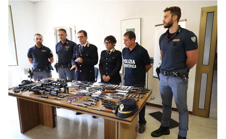 Crame, la polizia denuncia un 59enne che vendeva sottobanco taser e coltelli
