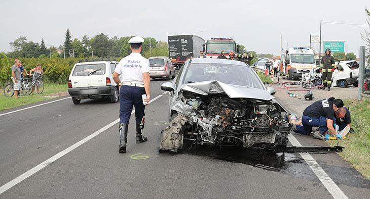 Drammatico frontale tra due auto sulla via Emilia Levante, muore un ventiduenne