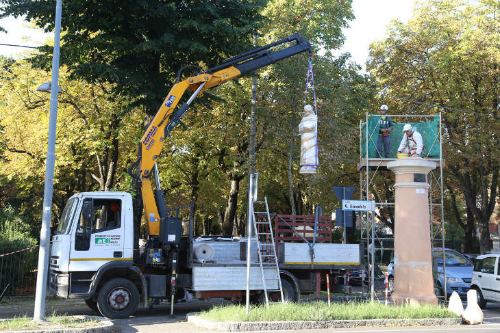 Viale dei Cappuccini, è tornata a posto la statua restaurata dalla Fondazione Cassa di Risparmio di Imola