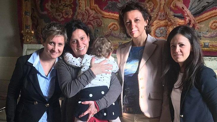 Imola riconosce la prima famiglia con due mamme, il Comune firma la trascrizione sull'atto di nascita