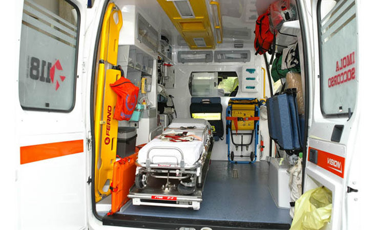 Malore mentre è al volante dell'auto, un 46enne muore sotto gli occhi dei figli