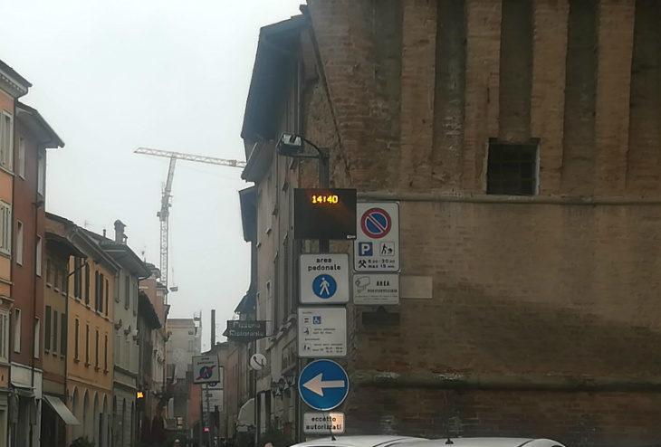 Scattano le multe per i veicoli che oltrepassano il varco Appia-Galeati senza autorizzazione