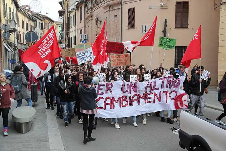 Studenti in piazza anche a Imola, protestano per le politiche scolastiche ma anche per problemi locali, come i trasporti
