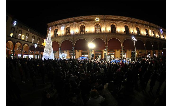 Luminarie, addobbi e corsa ai regali: l'atmosfera del Natale è già nell'aria. IL VIDEO