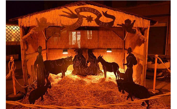 A Villa Fontana si festeggia Santa Lucia con canti, presepe artistico e l'accensione dell'albero di Natale